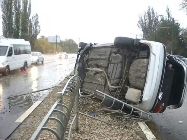 ДТП в Крыму: на скользкой дороге перевернулась «легковушка» (ФОТО, ВИДЕО)
