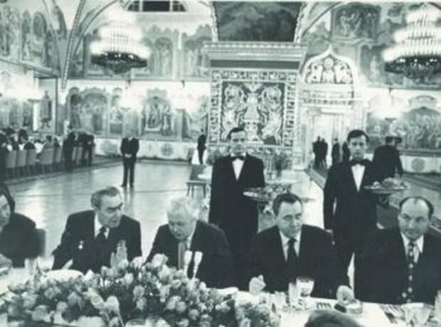 Брежнев и английский премьер Гарольд Вильсон в Кремле. Алексей Сальников прямо за спиной у первых лиц