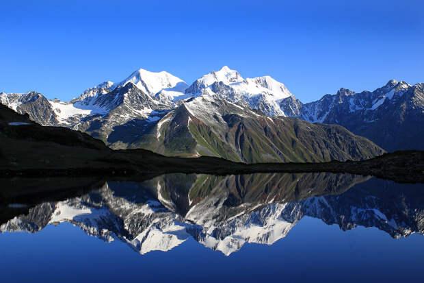Белуха отражается в озере Равновесия