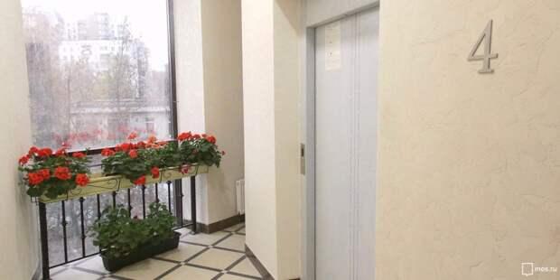 Коммунальщики отмыли подъезд в доме на Синявинской