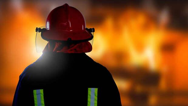 Склад горит на площади 2,5 тысяч кв. м в подмосковном Королеве