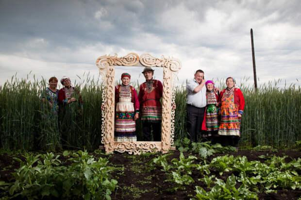 Жители Урала марийцы в национальных народных костюмах. Автор фотографии: Фёдор Телков.