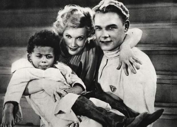 Малыш Джим со своими киношными родителями — Любовью Орловой и Сергеем Столяровым