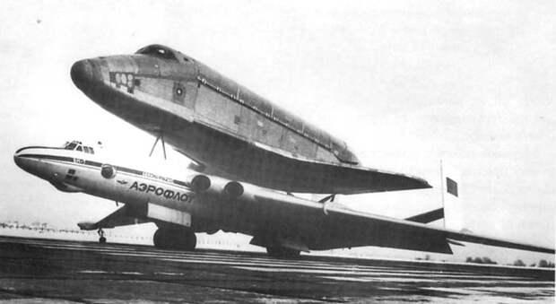 Самолет ВМ-Т с «грузом ОГТ» - фюзеляжем космического челнока «Буран».   Фото: airwar.ru.
