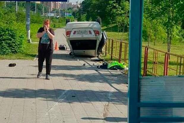 В Хабаровске нетрезвый водитель совершил наезд на остановку и насмерть сбил отца с сыном