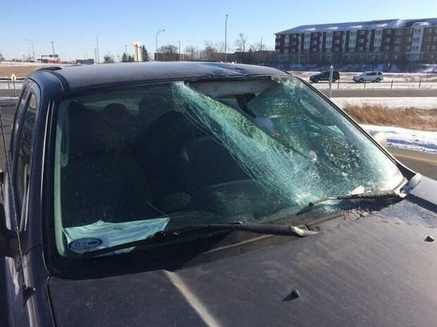 Лёд, по всей видимости слетевший с другого автомобиля, пробил лобовое стекло. Водитель не пострадал авто, в мире, дорога, за рулем, опасно, подборка, прилетело