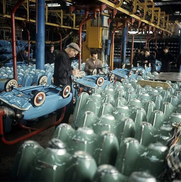 Производство детских педальных машин на автозаводе АЗЛК, г. Москва. Фото С. Соловьева,1970 история, ретро, фото