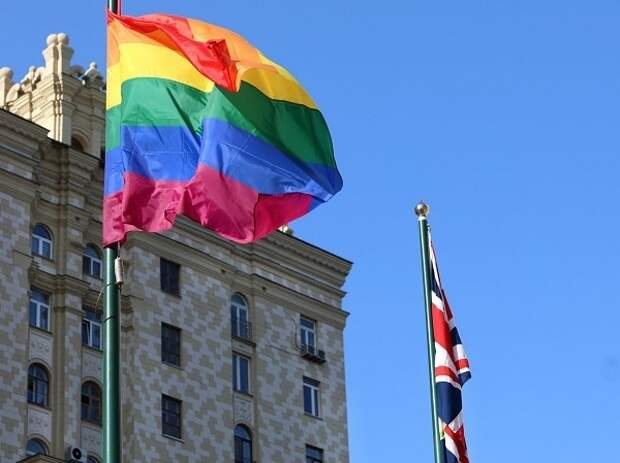На здании посольства Великобритании в Москве вывесили радужный флаг