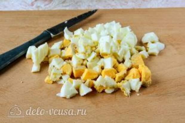 Салат Оливье со свежим огурцом: Порезать яйца