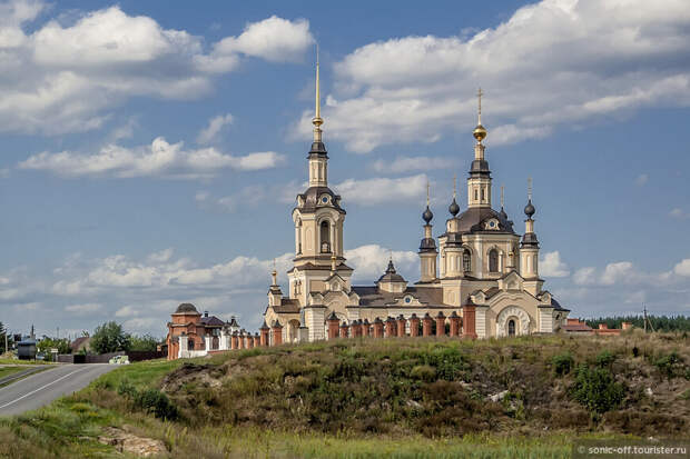 Николаевская церковь была построена в 1734 году тщанием епископа Православной российской церкви Иоакимом. Перестроена в 1890-1900 гг. В 1937 году церковь превратили в зернохранилище.
