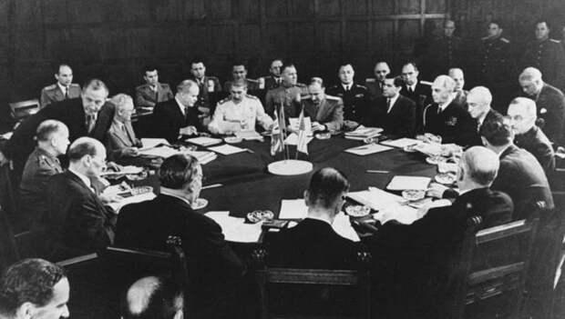 Лидеры стран «Большой тройки» и участники делегаций за русской работы круглым столом Потсдамской конференции