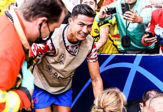 Роналду сбил стюарда с ног ударом мяча