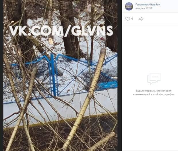 В 3-ем Лихачевском спиленные ветки «погнули» забор спортивной площадки