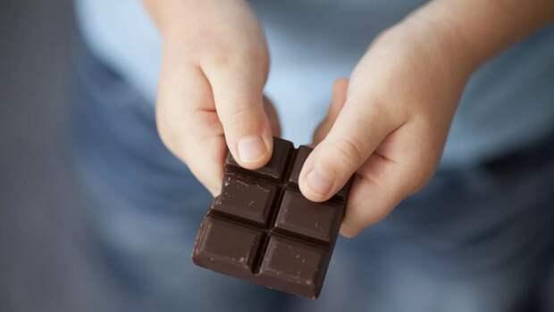 Бабушка обиделась, что шестилетний внук не угостил ее шоколадкой, все съел сам