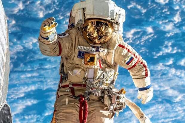 Путин предложил повысить зарплату космонавтам