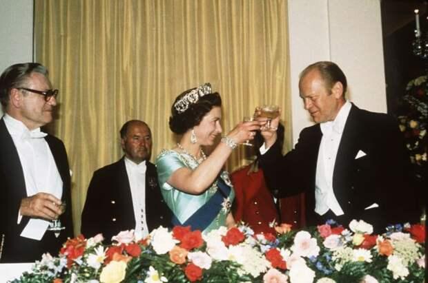 Во время официального приёма. / Фото: www.delish.com