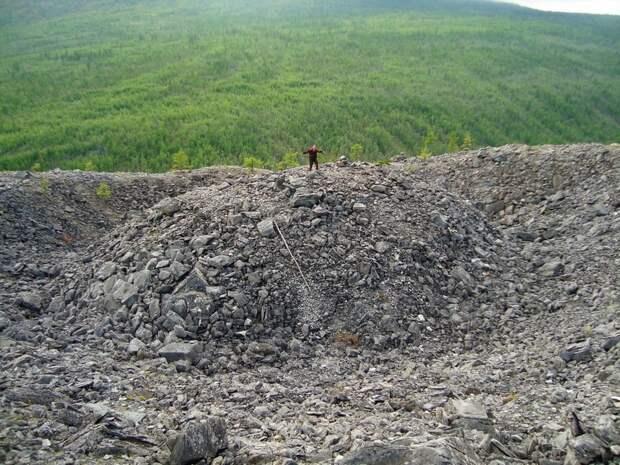 Тайна Патомского кратера в Сибири: как образовался каменистый холм высотой 40 метров