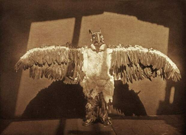 Танцор из народа Kwagu'ł Британской Колумбии в костюме мифологического существа Тандерберд (Буревестник). история, ретро, фото