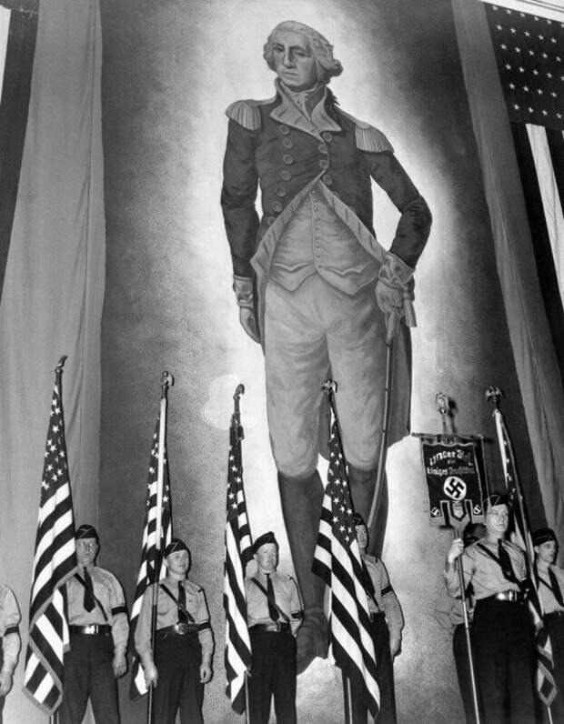 """Члены пронацистской организации """"Немецко-американский союз"""" у портрета Вашингтона во время одного из мероприятий. Нью-Йорк. США. 1939г. история, ретро, фото"""