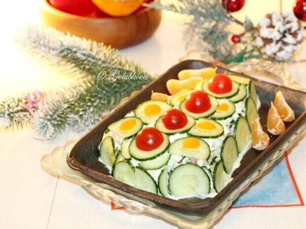 Фото к рецепту: Салат с беконом  и овощами   елочка
