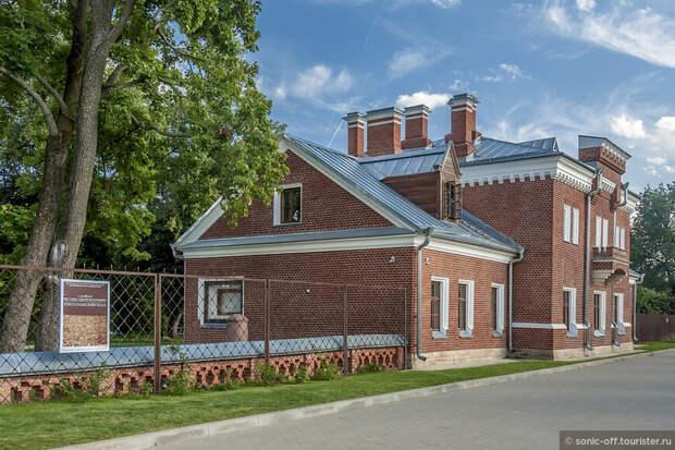 Здание Свитского корпуса было построено в 1880-е годы для размещения свиты принцессы Ольденбургской.