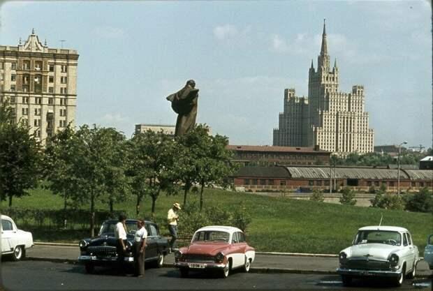 """Парковка около гостиницы """"Украина"""" в Москве. 1960-е история, ретро, фото"""