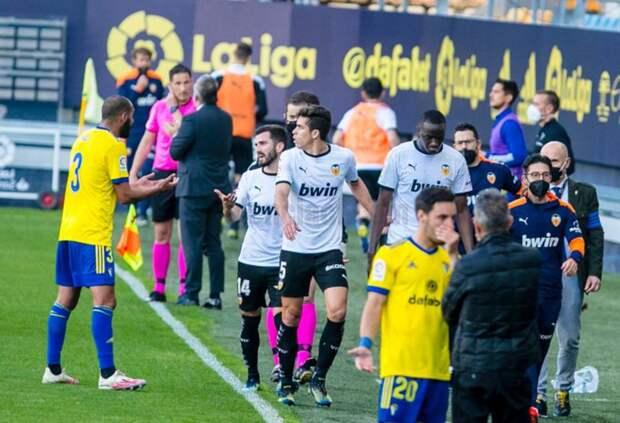Футбольный матч первенства Испании прервали из-за расистских оскорблений
