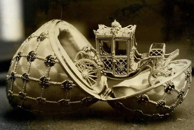 Знаменитое пасхальное яйцо Фаберже, подаренное Николаем II супруге Александре Федоровне в 1897 году