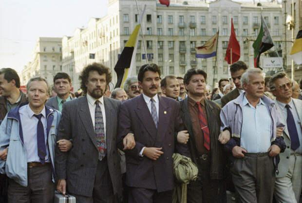 Шествие в Москве в годовщину конституционного кризиса 1993 года. Вячеслав Марычев справа.