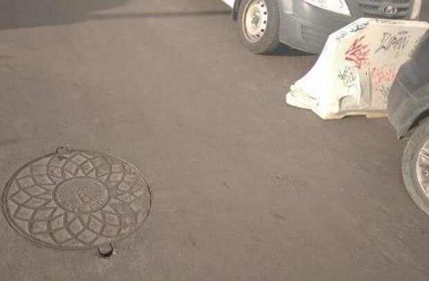 Крышку люка на Дмитровском отремонтируют по просьбе жителей