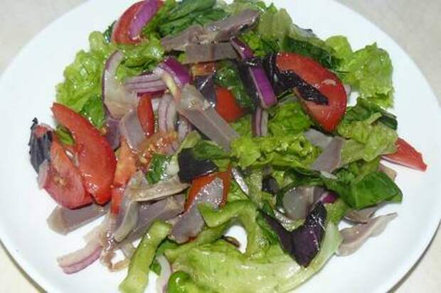 Легкий летний салат с желудками