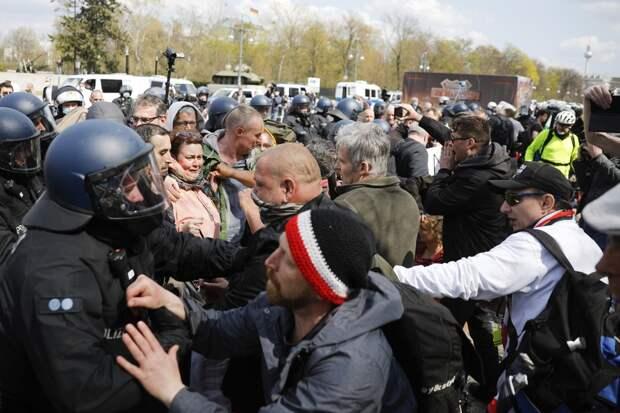 На акции против ограничительных мер в Берлине пострадали 29 полицейских
