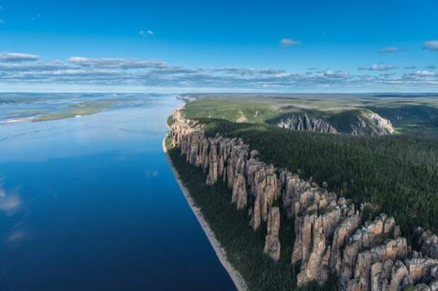 Ленские столбы — это растянувшийся на много километров комплекс вертикально вытянутых скал вдоль берега реки Лены.