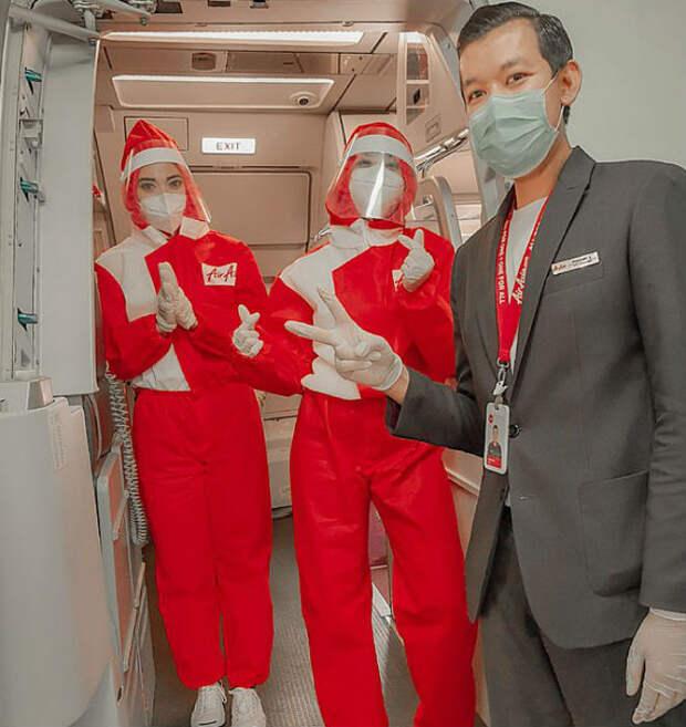 Азиатские стюардессы сменили юбки на комбинезон