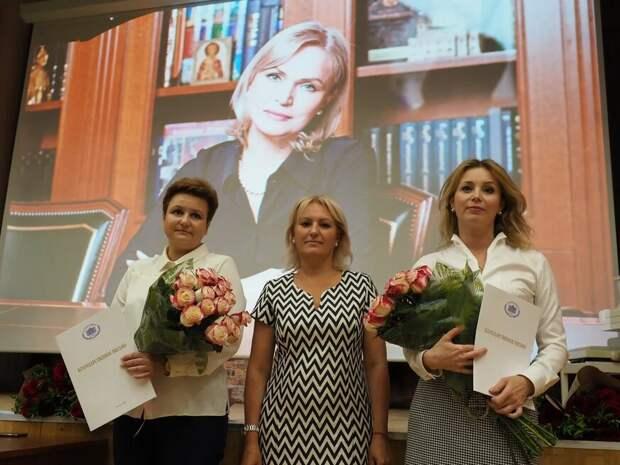 В Куркине поздравили учителей и выпускников-стобалльников. Фото: Ольга Чумаченко