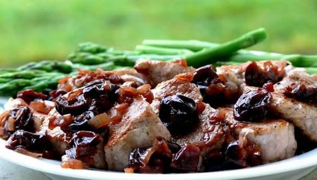 Фото: bonappetit. Соте из свинины с вишней