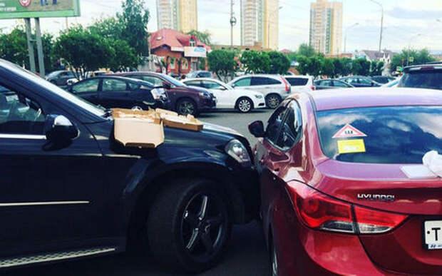 Пикник после аварии:  в ожидании ГИБДД девушки заказали пиццу