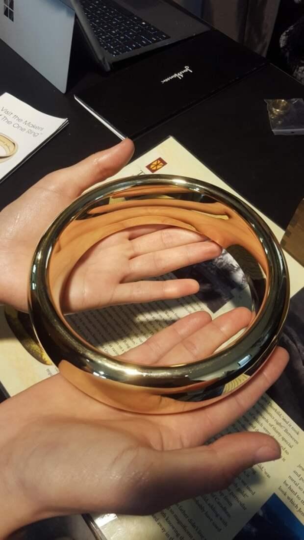 Гигантское кольцо Всевластия из «Властелина колец» — реквизит, созданный для съемок крупным планом.