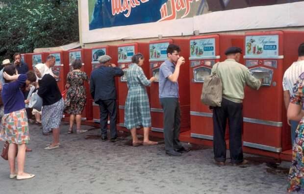 Почему в СССР люди пили из общего стакана и это никого не смущало