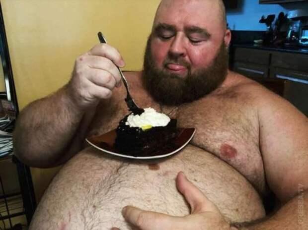 Чтобы живот был круглым и большим, мужчина ежедневно потребляет до 10 тысяч калорий
