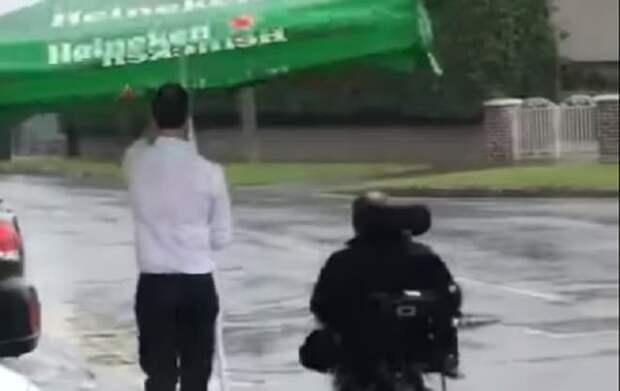 Бармен сопроводил клиента под дождем и покорил Сеть