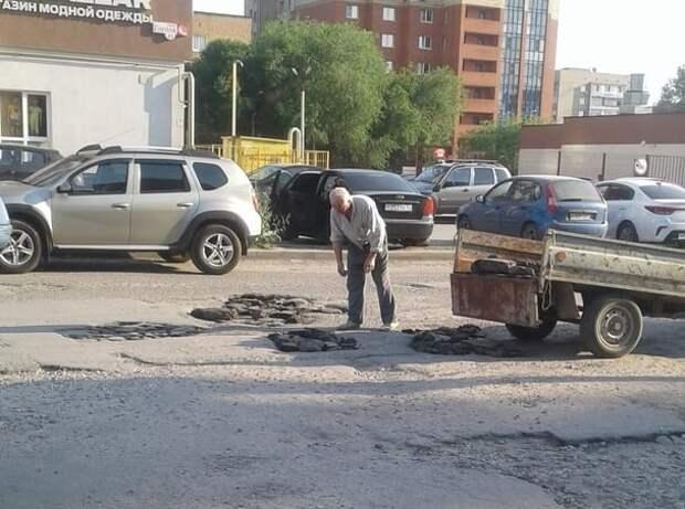 В Рязани пенсионер сам заделывает ямы на дороге