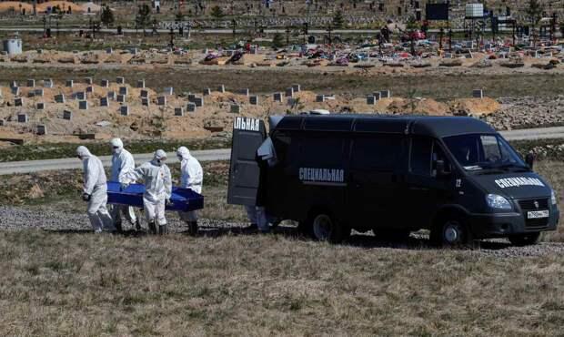 Вот так хоронят умерших от коронавируса в России (фото: Антон Ваганов/ Reuters)