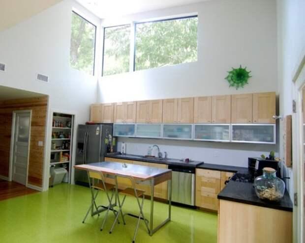 Пол цвета лайм на кухне напоминает о свежем газоне или озерной глади