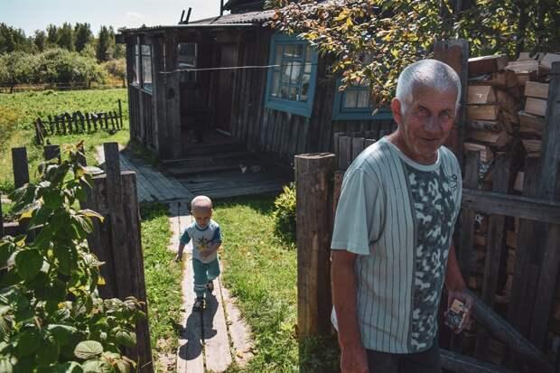 Николай Сковронский с правнуком Мишей возле своего дома
