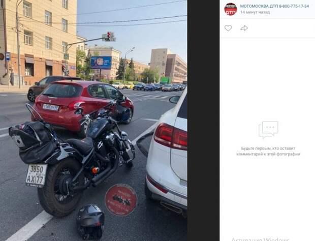 На Бутырской мотоциклистка врезалась в автомобиль