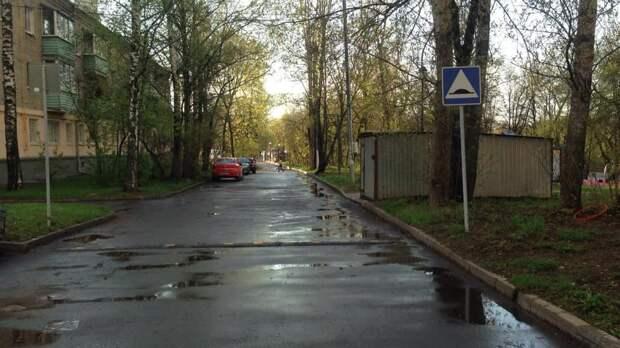 Возможно, это изображение (дерево, небо, дорога и улица)