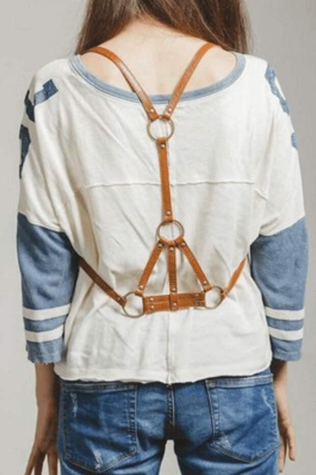 Коричневая портупея, джинсы, футболка