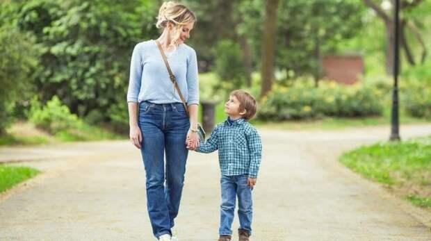 В Сеть попало видео, где у матери крадут сына — реакция родительницы поразит каждого