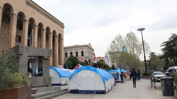 Палаточный городок у здания парламента Грузии на проспекте Руставели